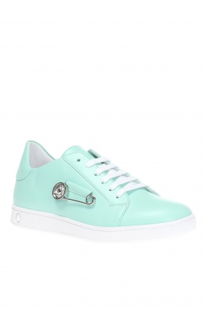 Safety-pin sneakers od Versace Versus