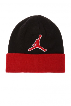 Hat with a logo-shaped patch od Nike
