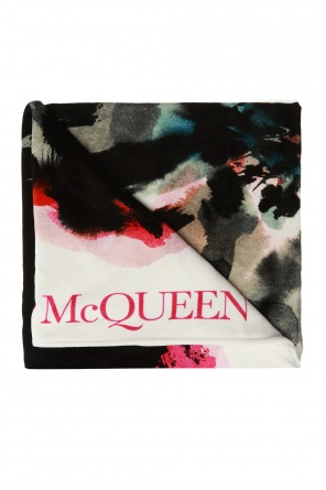 Patterned towel od Alexander McQueen