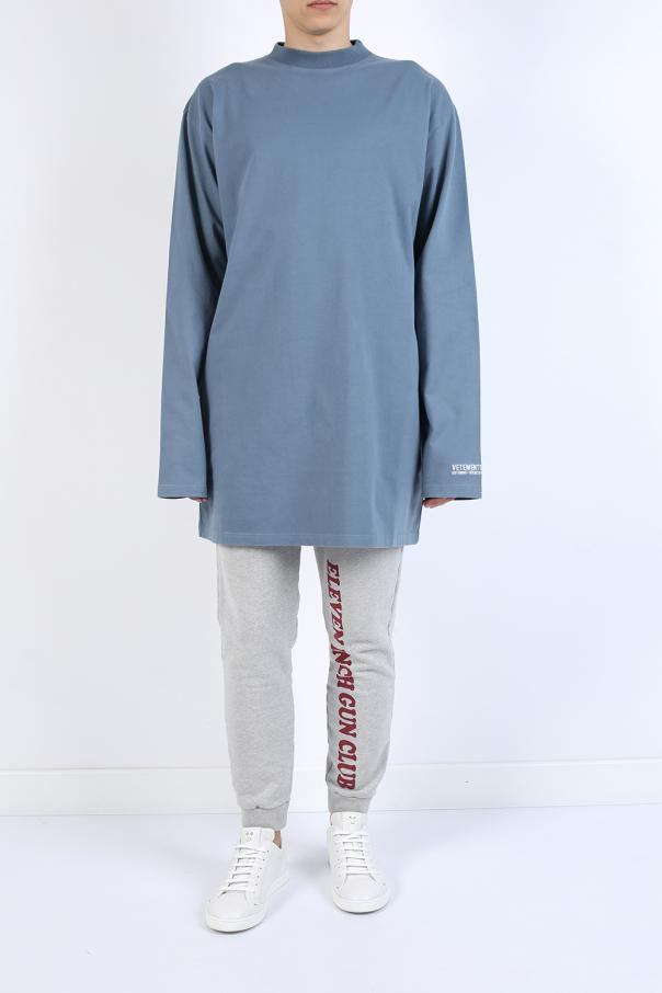 T-shirt typu 'oversized' z nadrukiem od Vetements